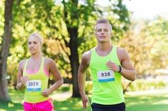 Nombres de emballage d'insigne d'esprit de couples heureux de sportifs Image stock
