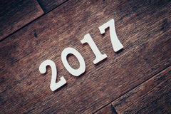 Nombres en bois formant le numéro 2017, pendant la nouvelle année 2017 dessus Images stock