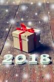Nombres en bois formant le numéro 2018, pendant la nouvelle année 2018 sur r Images stock