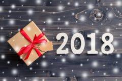 Nombres en bois formant le numéro 2018, pendant la nouvelle année 2018 sur r Image stock