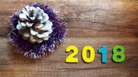 Nombres en bois formant le numéro 2018, pendant la nouvelle année 2018 sur un fond en bois Photos libres de droits