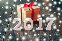 Nombres en bois formant le numéro 2017, pour la nouvelle année et le sno Image stock