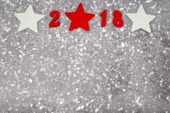 Nombres en bois formant le numéro 2018, pour la nouvelle année et la neige sur un fond concret gris Image libre de droits