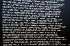 Nombres en el monumento de la guerra de Vietnam imagen de archivo