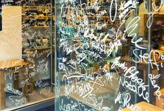 Nombres en escaparate de la tienda Imagen de archivo
