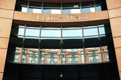 Nome di Louise Weiss sull'entrata del Parlamento Europeo Fotografia Stock