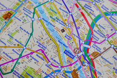 Nome di Parigi ad una mappa con la miniatura rossa della torre Eiffel Fotografia Stock