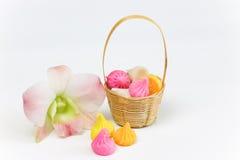 Nome tailandês Aalaw da sobremesa ou doces de Alua na cesta do estilo tailandês Fotos de Stock