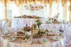 Nomeações de tabela do casamento com decoração bonita Fotos de Stock