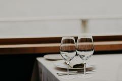 Nomeações de tabela no restaurante Jantar festivo no café luxuoso Ajuste da tabela do casamento Cutelaria sem povos Decoração ele imagens de stock royalty free