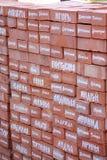 Nomes masculinos e fêmeas escritos no tijolo vermelho Fotos de Stock