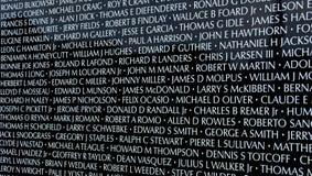 Nomi sulla mostra traveing del memoriale di guerra del vietnam della parete commovente Immagine Stock