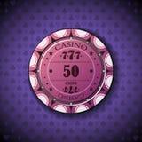 Nominal cincuenta de la ficha de póker, en fondo del símbolo de la tarjeta Fotografía de archivo libre de regalías
