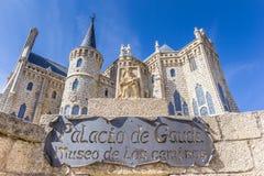 Nommez le signe au bâtiment de Palacio de Gaudi à Astorga photographie stock