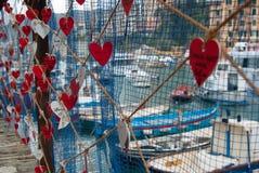 Noms des amants écrits sur des coeurs accrochant dans une rue de Camogli images stock