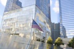 Noms et un drapeau des Etats-Unis aux mémoriaux de 9/11 Photo libre de droits
