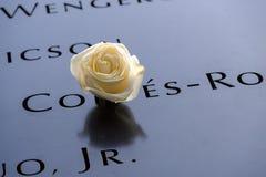 Noms et une rose aux mémoriaux de 9/11 Photographie stock
