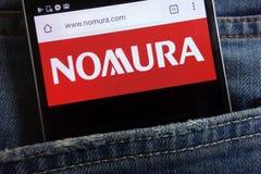 Nomura mień strona internetowa wystawiająca na smartphone chującym w cajgach wkładać do kieszeni zdjęcia royalty free