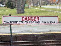 Non attraversi la linea gialla Fotografie Stock Libere da Diritti