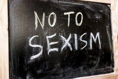 Non au sexisme écrit dans la craie blanche sur un tableau noir photographie stock