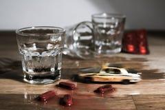 Non beva e non determini la metafora - mini incidente stradale su una tavola immagine stock