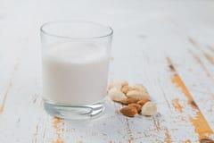 Non-dairy melk - amandel stock foto's