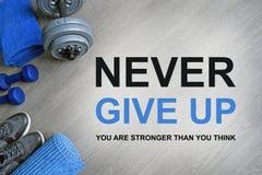 Non dia mai in su Siete più forte di pensate Citazioni motivazionali di forma fisica immagine stock