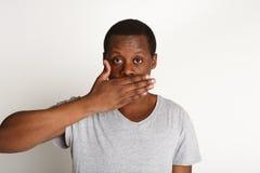 Non dica niente concetto, bocca della copertura dell'uomo di colore con la mano Fotografie Stock
