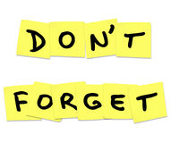 Non dimentichi le parole di ricordo sulle note appiccicose gialle Fotografie Stock Libere da Diritti