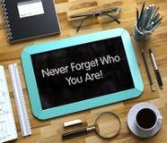 Non dimentichi mai chi siete concetto sulla piccola lavagna 3d Immagine Stock