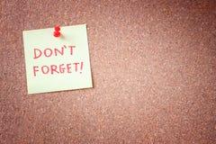Non dimentichi o non dimentichi il ricordo, scritto sull'autoadesivo giallo su Cork Bulletin o sul forum. Immagini Stock