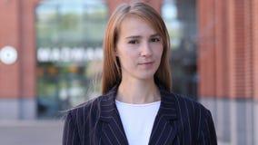 Non, femme d'affaires rejetant l'offre en secouant la tête photo stock