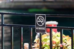 Non fumatori canti di un ponte in Chicago fotografia stock libera da diritti