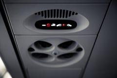 Non fumatori e fissi il segno della cintura di sicurezza dentro un aeroplano Fotografie Stock