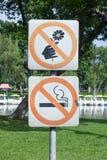 Non fumatori e non selezioni il fiore, metallo firmano dentro il parco Fotografia Stock Libera da Diritti