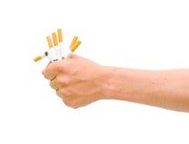 Non fumatori. Sigaretta rotta nella mano degli uomini. Immagine Stock Libera da Diritti