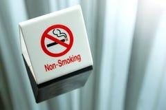 Non-fumeurs connectez-vous la table Photos libres de droits
