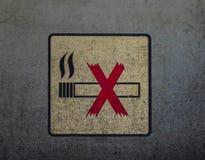 Non-fumeurs connectez-vous le mur sale en métal Images libres de droits