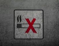 Non-fumeurs connectez-vous le mur sale en métal Photo libre de droits