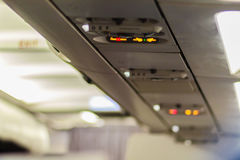 Non-fumeurs et attachez le signe de ceinture de sécurité à l'intérieur d'un avion attachez Photos stock