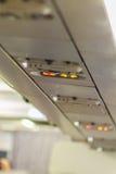 Non-fumeurs et attachez le signe de ceinture de sécurité à l'intérieur d'un avion attachez Photos libres de droits