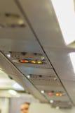 Non-fumeurs et attachez le signe de ceinture de sécurité à l'intérieur d'un avion attachez Photographie stock