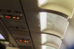 Non-fumeurs et attachez le signe de ceinture de sécurité à l'intérieur d'un avion attachez Photo stock