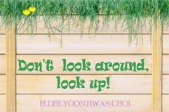 Non guardi intorno, cercano! Il gioco delle parole inspirational immagini stock