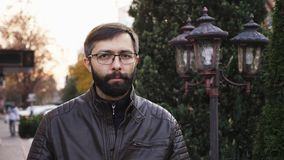 Non, homme de barbe en verres rejetant l'offre en ondulant le doigt sur la rue banque de vidéos