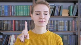 Non, jeune femme rejetant l'offre en ondulant le doigt banque de vidéos