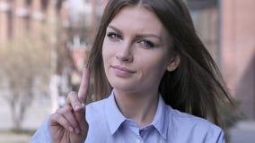Non, jeune femme rejetant l'offre en ondulant le doigt clips vidéos