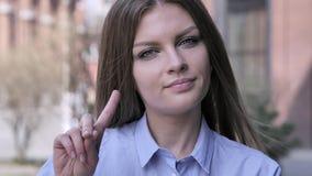 Non, jeune femme rejetant l'offre en ondulant le doigt images stock