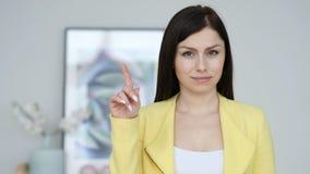 Non, jeune femme rejetant l'offre en ondulant le doigt image stock
