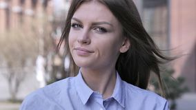 Non, jeune femme rejetant l'offre en secouant la tête photo stock